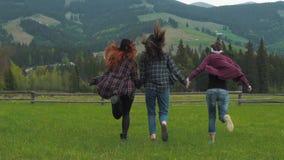 Meisjes die op de aard lopen stock footage