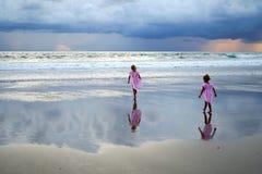 Meisjes die op de oceaan letten Stock Foto's