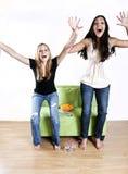 Meisjes die op de sporten van TV letten Stock Afbeelding