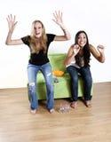 Meisjes die op de sporten van TV letten Stock Afbeeldingen