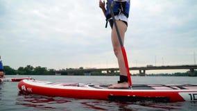 Meisjes die op een kajak op de rivier roeien stock footage