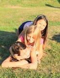Meisjes die op gras liggen Stock Afbeeldingen