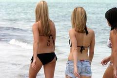 Meisjes die op het strand lopen Stock Foto