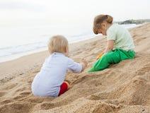 Meisjes die op het strand spelen Royalty-vrije Stock Foto