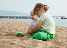 Meisjes die op het strand spelen Royalty-vrije Stock Afbeelding