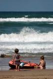 Meisjes die op het strand spelen royalty-vrije stock foto's