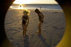 Meisjes die op het strand spelen Stock Foto's