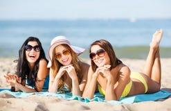 Meisjes die op het strand zonnebaden royalty-vrije stock foto
