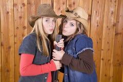 Meisjes die op jachtgeweervat blazen Stock Foto's