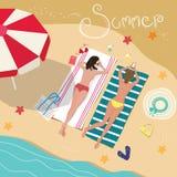 Meisjes die op Sandy Beach liggen Royalty-vrije Stock Afbeeldingen