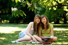 Meisjes die in openlucht bestuderen Stock Foto