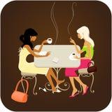 Meisjes die over koffie babbelen stock afbeelding