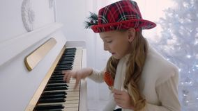 Meisjes die Piano spelen stock video