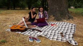 Meisjes die pizza in het Park eten stock footage