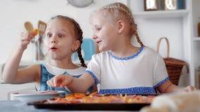 Meisjes die pizza van ingrediënten voorbereiden Royalty-vrije Stock Fotografie