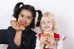 Meisjes die pizzaplak eten Royalty-vrije Stock Afbeelding