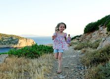 Meisjes die in platteland lopen Stock Foto's