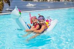 Meisjes die in pool zwemmen stock afbeeldingen