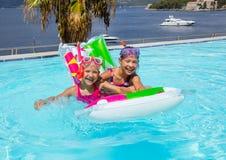 Meisjes die in pool zwemmen royalty-vrije stock fotografie