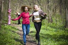 Meisjes die pret in een bos hebben Royalty-vrije Stock Fotografie
