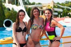 Meisjes die pret hebben bij het park van het pretwater, op een de zomer hete dag Stock Foto