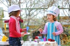 Meisjes die pret het speel koken hebben Stock Foto