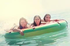 Meisjes die pret in het water hebben stock fotografie