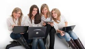 Meisjes die pret met technologie hebben Royalty-vrije Stock Foto's