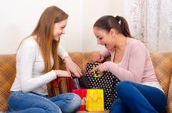 Meisjes die pret na het winkelen hebben Stock Foto's