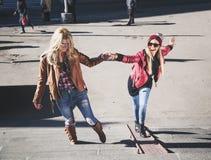 Meisjes die pret op de treden hebben Stock Foto