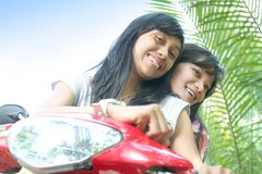 Meisjes die pret op fiets hebben Stock Foto's