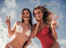 Meisjes die pret op strand hebben stock afbeeldingen