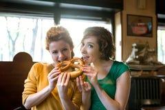 Meisjes die pretzel eten Royalty-vrije Stock Afbeelding