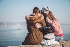 Meisjes die rivierboot bekijken Stock Foto's
