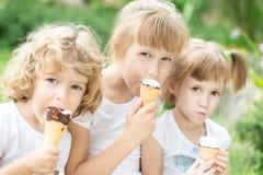 Meisjes die roomijs eten Stock Afbeeldingen