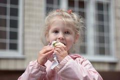 Meisjes die roomijs eten Royalty-vrije Stock Afbeeldingen