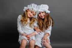 Meisjes die rustieke wijnoogst op een grijze achtergrond kleden Royalty-vrije Stock Afbeelding