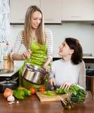 Meisjes die samen koken stock afbeeldingen
