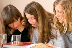 Meisjes die samen lezen Stock Foto's