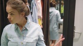 Meisjes die samen winkelen Vrolijke jonge mooie vrouw die denim dragen stock video
