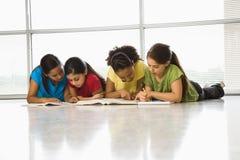 Meisjes die schoolwork doen. Stock Foto's