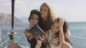 Meisjes die selfies op jacht nemen Jonge modellen op vakantie Stock Afbeelding