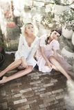 Meisjes die in sensuele kleren stellen Royalty-vrije Stock Afbeelding