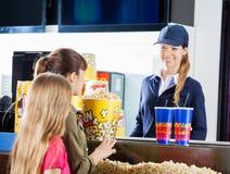 Meisjes die Snacks kopen van Vrouwelijke Verkoper bij stock foto