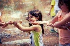 Meisjes die Touwtrekwedstrijd spelen bij het park Royalty-vrije Stock Foto's