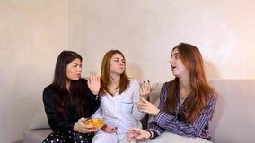 Meisjes die troep snel voedsel ro vriend aanbieden wat het weigeren stock video