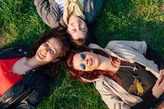 Meisjes die van een zonnige dag in het park genieten royalty-vrije stock foto