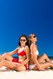 Meisjes die van vrijheid op het strand genieten Stock Foto