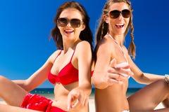 Meisjes die van vrijheid op het strand genieten Stock Foto's