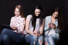 Meisjes die verschillende apparaten met behulp van Royalty-vrije Stock Afbeelding
